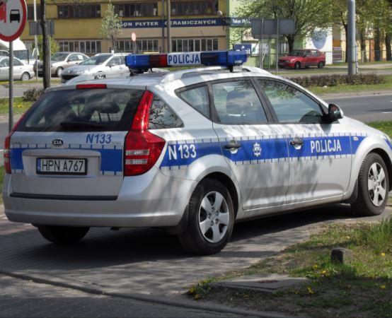 Policja Elbląg: Wandal przebił oponę w samochodzie. Stanął przed sądem i usłyszał wyrok